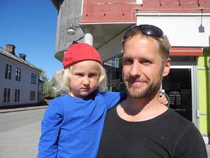 Magnus Billvik med dottern Sigrid Billvik, 4 år. Magnus berättar att de sparar 500 kronor i månaden åt båda barnen.