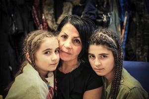 Leyla och Mona Jasharli tillsammans med Irada Lundgren. Arkivbild.