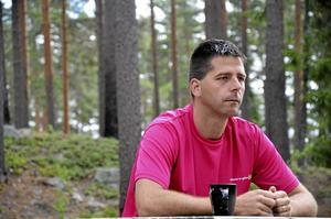 Laxtjärnen. Ronnie Edvardsson (MP) tar gärna med sig familjen och en kopp kaffe vid Laxtjärnen i Kopparberg. – Jag tror inte att alla som röstar på SD vet vad de står för, de står för att vissa människor är bättre än andra och det är skrämmande, säger han om det lokala röstdeltagandet i vårens EU-val. Foto: Sofia Gustafsson