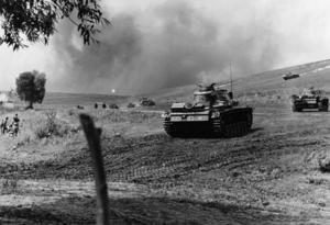Tyska stridsvagnar går till attack i Sovjetunionen. Tyskarna hade stora framgångar under de första månaderna av kriget.   Foto: Pressens Bild/TT