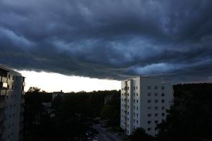 Den 14 sept 2011 tog jag den här bilden när en tjock åsk moln som har kommit väst ifrån Västerås täckte över karlavagnsgatan var jag bor. Det påminde mig om Will Smith's filmen independence day. Det var skrämmande men det var också kul på samtidigt att titta.