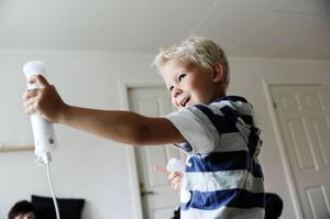 Lillebror William Eriksson, 5 år, ville också testa pilbågsskytte.