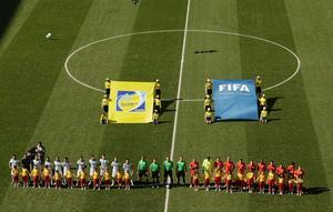 Svenska domarna (Mathias Klasenius längst till höger av de fyra grönklädda) inför åttondelsfinalen mellan Argentina och Schweiz.