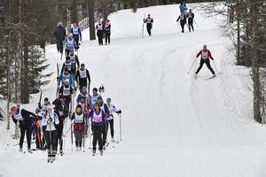 Ett skidlopp till fots, alltfler väljer att ta av sig skidorna och gå ner för backarna vid Risberg och Vasslan.