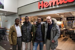 Mohamed Farah, Masiah Omar, Said Siyaad och Christian Kaddik berättar att matbutiken är viktigt mötesplats för de boende och de är måna om att den ska fortsätta vara kvar.