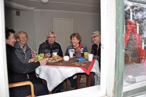 JOBBAR GÄRNA. Det rådet en härlig stämning hos de aktiva medlemmarna i Ängsbolagets bygdeförening i Bäcklösen. Här tar Agneta Markusson, Berit Jansson, Sune och Anna-Lisa Arkegrim, samt Åsa Hedbom Dahlberg en välförtjänt fika under ett arbetspass.