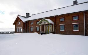 I huvudbyggnaden finns bland annat kök och sällskapsrum.