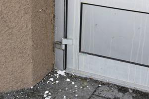 Mohamad Alahmad blev upprörd när han såg att någon kastat ägg på entrén och berättar att det luktade väldigt illa.