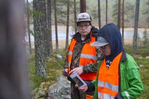 Alexander Fredriksson och Pontus Storm håller dagens sista dragning för en skolklass från Gävle.