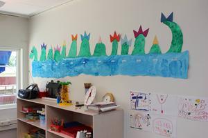 Barnen har prytt en vägg med ett Storsjöodjur som de gjort i form av teckningar.
