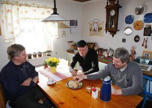 """En kaffetår när vattnet kommit tillbaka i kranen sitter fint.Från vänster Egon Annsäter, Mats Gustavsson och Yngve Olofsson.Egon Annsäter har Häggsjöviks El och VVS. Han åker omkring med ett aggregat som tinar upp rören med elström. """"Nu är det fullt upp med jobb och mer kommer det att bli några veckor framöver på grund av tjälen"""", säger han."""