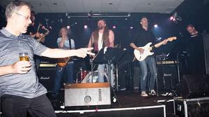 Peter Hellström och bandet i bakgrunden.