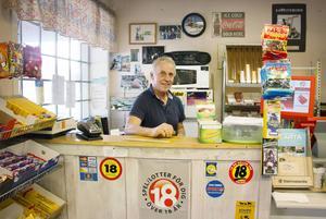 Kjell Persson har drivit Kjellas mack, byns mittpunkt och självklara mötesplats, i 24 år. Några inbrottsförsök har han inte numera.