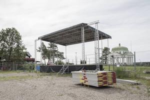Gammalt byts mot nytt. Vita pelare i sångkapellet byts mot stålbalkar vid nya scenen..