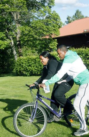 Mussie Haile lär ut cyklingens ädla konst åt Nigsty Semere.  I hemlandet Eritrea ansågs det olämpligt med kvinnor som cyklade.
