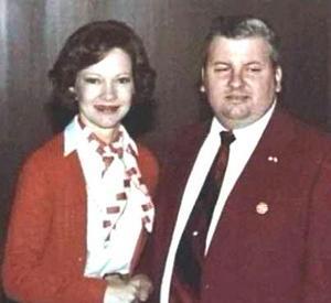 John Wayne Gacy träffar presidenthustrun Rosalynn Carter 1978, samma år som han grips för våldäkter och mord på 33 pojkar.
