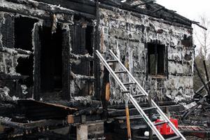 Boningshuset brann för cirka ett år sedan och har inte renoverats sedan dess.