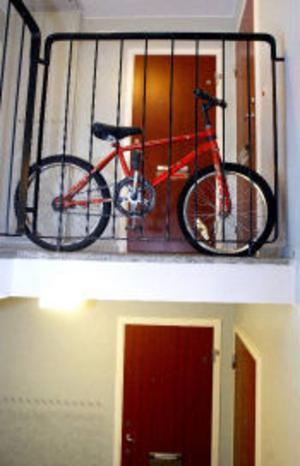 Utanför den familjens gamla bostad står Emils cykel kvar. Det är tomt i lägenheten men familjen får inte flytta tillbaka.