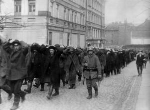 Tillfångatagna rödgardister först genom Helsingfors gator 1918.