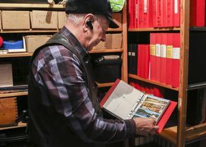 Lars Viklunds arkiv tar upp det mesta av källarförådet under bostaden i Torvalla, men hela sin gamla kamerautrustring har han skänkt bort.