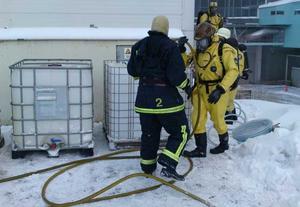 Räddningstjänstens kemdykare fick ta hand om den utläckta saltsyran. Foto: Tony Persson