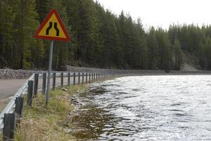 Stiger Storån lite mer så läggs Foskrosvägen under vatten.