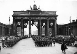 Tyska trupper marscherar på Brandenburger Tor 1940 efter de första vunna segrarna under andra världskriget.