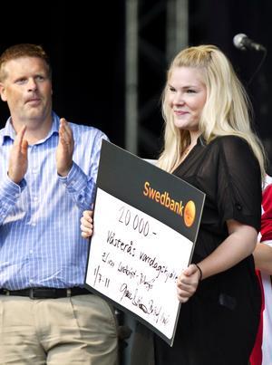 Vardagshjälten 2011, undersköterskan Elina Lundkvist -Jidesjö, visade engagemang när hon hjälpte en kvinna som hade våldtagits på en Ålandskryssning.  Till vänster ser vi Anders Nordström, kontorschef på Swedbank.