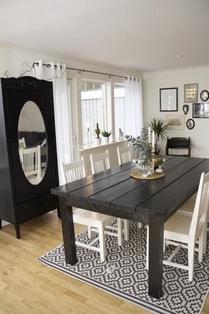 Spegelskåpet har Sofia målat svart och det breda bordet har sambon Morgan gjort.