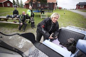 Elisabeth Green uppskattar Hej främlings! arbete och tycker att fler borde hjälpa till.   – Det är en sådan enkel sak. Jag tar hit min motorcykel och får köra glada människor och kanske förgylla deras kväll. Det gör mig varm om hjärtat, berättar hon.