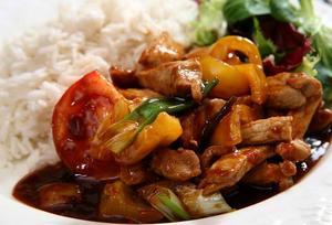 Fläskkött i sötsur sås har sina rötter i det sydkinesiska köket. Nu finns rätten över hela världen.