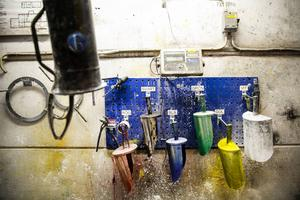 Industrifärger är Röas stora grej och då ska det vara rätt i minsta pigmentdetalj