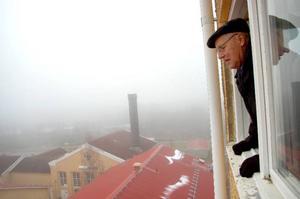 """""""Här har jag inte varit på 30 år"""", säger Olle Damander och tittar ut genom det gamla vakttornet i Ulriksfors."""