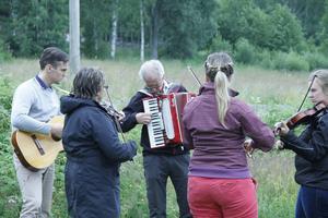 När tekniken på scen krånglade passade folk på att ta upp sina instrument.