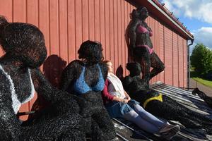 Kristina Sörlid från Uppsala besökte vernissagen med Veronika Psotkovás verk på Härjedalens kulturcentrum i Lillhärdal och fick se Bikiniklubben från en ny vinkel.