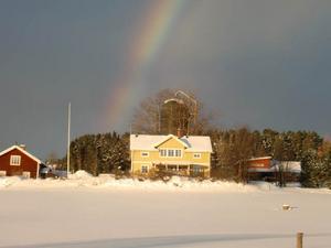 Vinter, minus 12 grader och regnbåge måste förevigas. Bilden är tagen i Hoverberg för en vecka sedan. Foto: Julia Eriksson