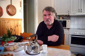 Hans Fahlström är förbannad på landstinget, då läkarna glömde kvar en slang i hans mage efter en operation.Foto: Carin Selldén