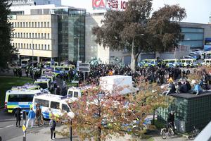 Nordiska motståndsrörelsens (NMR) omringade av polisen vid demonstrationen i centrala Göteborg på lördagen.