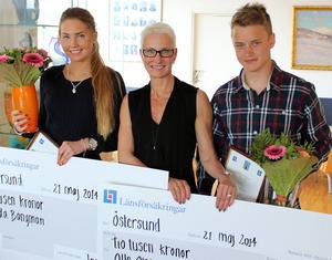 Hedda Bångman och Olle Olsson-Bad fick årets idrottstalangstipendium av Länsförsäkringars vd Pia Sandvik.