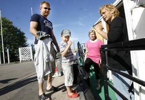 Peter Hedin med sonen Viggo på väg att kliva ombord för att åka och hälsa på farmor och farfar.