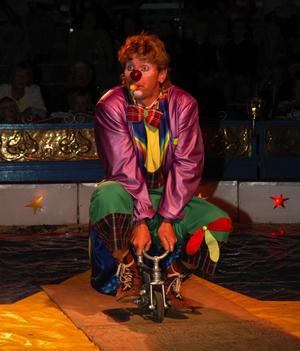 Minicykel. Clownen kom in med en jättecykel och bytte ner sig till allt mindre. Foto:Staffan Alberts
