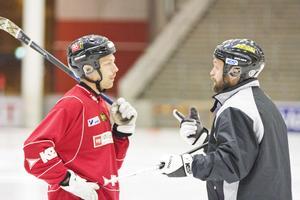 Jens Blixt och Oskar Robertson diskuterar
