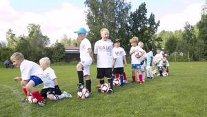 De yngsta deltagarna i fotbollsskolan ställde sig på led för att skjuta straffar på landslagsmålvakten.