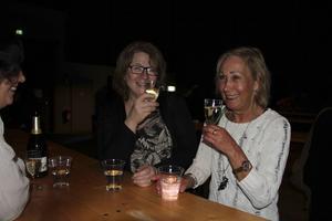 Gunilla och Lis laddade inför galan med ett varsitt glas bubbel.