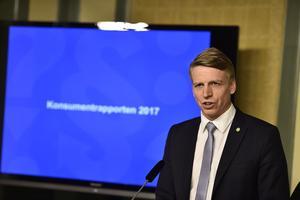 Konsumentminister Per Bolund, MP, tog i våras emot Konsumentverkets rapport med krav på åtgärder mot lockpriser.