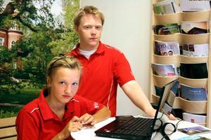 Turistinfo. Ella Liljebjörn och Anton Älgmyr sommarjobbar på turistbyrån.