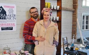 Stellan och Pia Anliot är i full färd med att bygga om och inreda den gamla ladan på gården i Västerby. När den är klar kommer den att inrymma kafé, utställningslokal och verkstad.  Foto: Eva Langefalk/DT