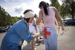 Ungdomarna dekorerade sina transportmedel, och varandra, inför studentkarnevalen.