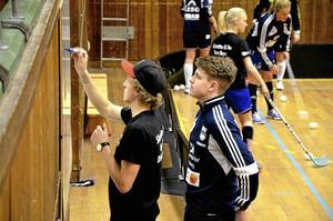 Teori. Daniel Larsson, tränare och Tobias Sjöberg, ass. tränare.