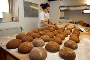 Nu inför julen är det mest vörtbröd som gäller för Kaxås vedugnsbageri.